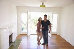 激动的夫妇在移动的天探索新的家 图库摄影