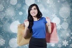 激动的女性顾客有冬天背景 免版税库存照片