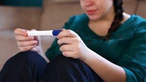 激动的妇女取得正面怀孕考试成绩 股票视频