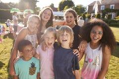 激动的孩子画象夏天庭院祝宴的 免版税库存图片