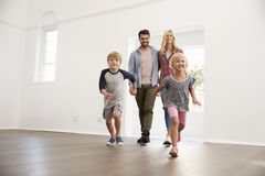 激动的家庭在移动的天探索新的家 免版税库存照片