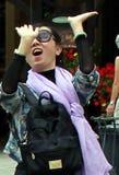 激动的年轻女人挥动的手 免版税库存照片