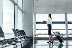 激动的年轻女人航空旅行 免版税库存图片