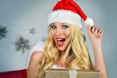 激动的愉快的圣诞老人` s帮手女孩特写镜头画象  免版税库存图片