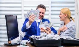 激动的成功的商人在赢利打开了有金钱的一个箱子并且高兴 事务、人们、成功和时运 免版税库存图片