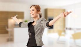 激动的房地产开发商或经纪与大开的胳膊 免版税图库摄影