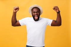 激动的英俊的年轻美国黑人的人雇员感觉,有效地打手势,保留拳头握紧了,惊叹 库存图片