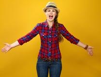 激动的黄色背景的愉快的少妇农夫 免版税库存图片