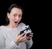 激动,愉快的妇女开头礼物 库存图片