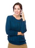激发在手机的妇女闲谈 免版税库存图片