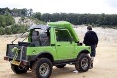 激发在沙子赢取的坑的路drivig 免版税图库摄影