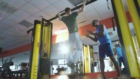激发年轻人的朋友在健身房的密集的锻炼,健康生活方式期间 股票视频
