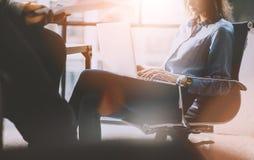 激发灵感时间 照片年轻企业乘员组与新的起始的项目一起使用 想法讨论,分析销售计划 免版税库存照片
