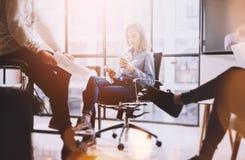 激发灵感时间 照片年轻企业乘员组与新的起始的项目一起使用 想法介绍,分析销售计划 免版税库存图片