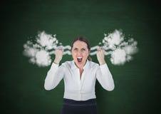 激怒呼喊与在耳朵的蒸汽的少妇 深绿的背景 免版税图库摄影