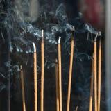 激怒在日本寺庙的烟 库存图片