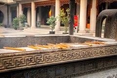 激怒在铜香炉的燃烧-佛教寺庙-上海,中国 库存图片