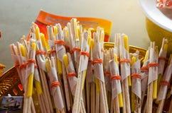 激怒棍子和蜡烛、蜡烛和香火 免版税库存图片