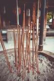 激怒棍子在Kinkaku籍寺庙,京都,日本 库存图片