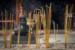 激怒烧在黄大仙,香港道士寺庙的棍子。 免版税库存照片