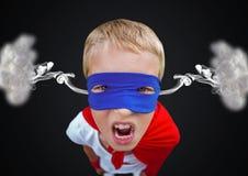 激怒男孩打扮象有蒸汽的超级英雄在耳朵 黑色背景 免版税库存图片