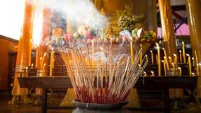 激怒罐,宗教节日,菩萨天,香火是信念,烟在菩萨前面的香火罐的标志 免版税库存图片