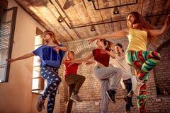 激情舞蹈队-行使舞蹈训练的舞蹈家在演播室 免版税图库摄影