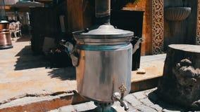 激昂和抽烟的俄国式茶炊在巴库,阿塞拜疆街道上站立  股票视频
