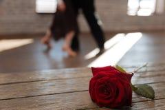 激活跳华尔兹在舞厅的年迈的夫妇 免版税库存图片