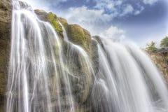 瀑布、石头和天空 库存照片
