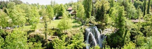 瀑布全景照片在Korana河的在Rastoke村庄  在斯卢尼附近在克罗地亚 免版税图库摄影