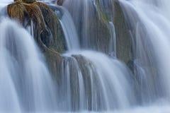 从瀑布关闭的软的蓝色浪花 免版税库存照片
