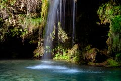 瀑布和一个美丽的盐水湖湖放松的在夏天 免版税图库摄影