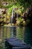 瀑布和一个美丽的盐水湖湖放松的在夏天 免版税库存图片