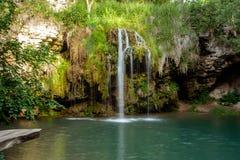 瀑布和一个美丽的盐水湖湖放松的在夏天 免版税库存照片