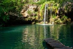 瀑布和一个美丽的盐水湖湖放松的在夏天 图库摄影