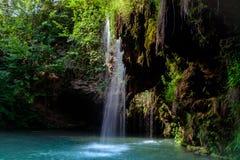 瀑布和一个美丽的盐水湖湖放松的在夏天 库存图片