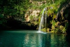 瀑布和一个美丽的盐水湖湖放松的在夏天 库存照片