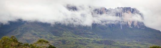 瀑布和云彩在Kukenan tepui或罗赖马山 Venezue 免版税库存图片