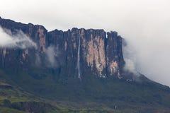 瀑布和云彩在Kukenan tepui或罗赖马山 Venezue 图库摄影