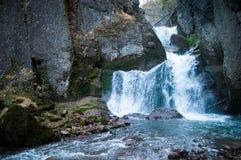 瀑布和大石峭壁 免版税库存照片