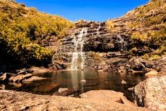 瀑布和它的湖 免版税库存照片