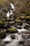 瀑布和射流在冰砾通过沿海雨林 库存照片