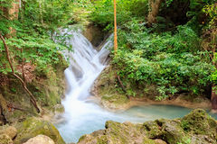 瀑布和小河在雨林,泰国里 免版税库存图片