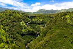 瀑布和小河,考艾岛空中风景视图  库存图片