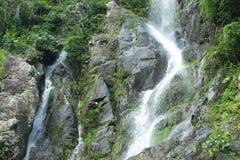 瀑布和山,泰国 免版税库存图片