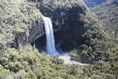 瀑布和山 免版税图库摄影