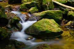 瀑布和岩石 免版税图库摄影