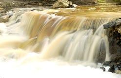 瀑布和岩石 免版税库存照片