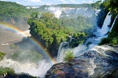 瀑布和彩虹 免版税库存照片